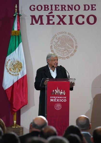 Manifestantes cortan el paso al coche de López Obrador tras un acto en Ciudad Juárez
