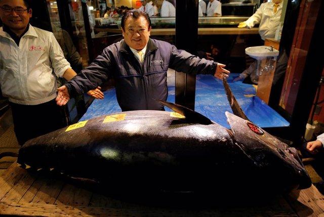 Kiyomura Co's President Kiyoshi Kimura (C), who runs a chain of sushi restaurant