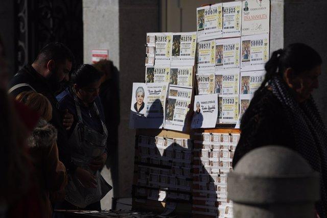 Gent comprant desens de la loteria del Nen