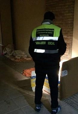 Equipo SEMAS atendiendo a personas sin hogar ante el frío