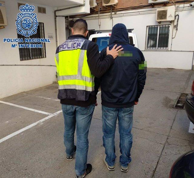 La Policía Nacional junto al detenido