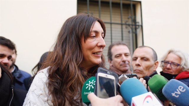 Loles López atiende a periodistas