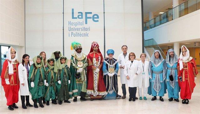 Los Reyes Magos visitan el Hospital la Fe de València