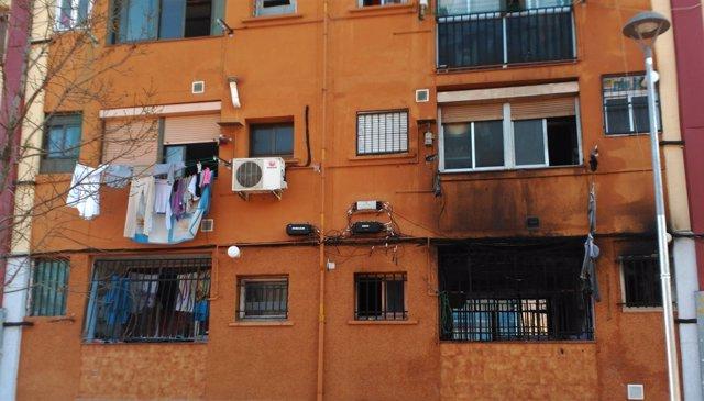Faana posterior de l'edifici incendiat al barri de Sant Roc de Badalona