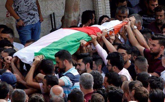 Funeral por Aisha al Rawbi