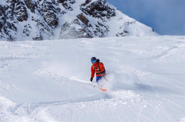 Esquiador en los Alpes austriacos (archivo)