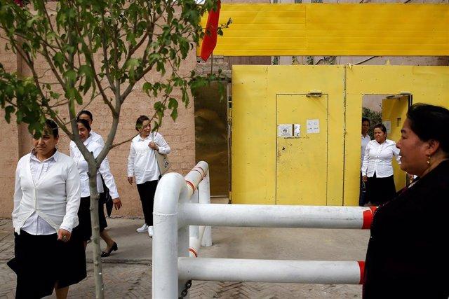 Mujeres uigures abandonan un centro en Kashgar (Xinjiang)