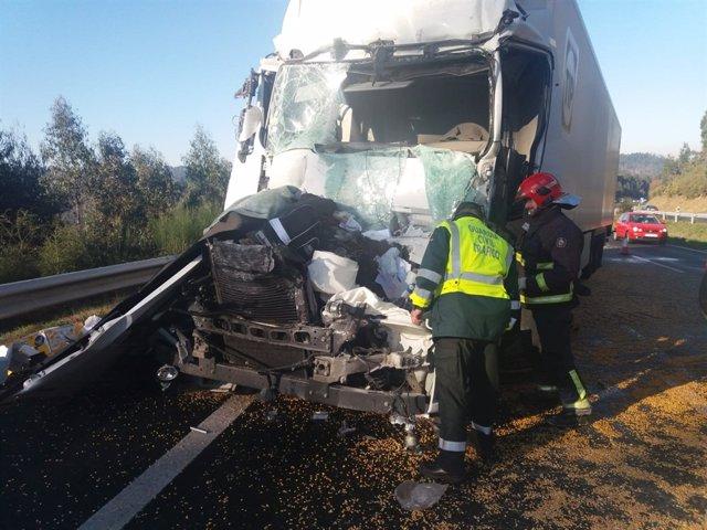 Fallece el conductor de un camión en Coirós (A Coruña) tras un alcance con otro vehículo