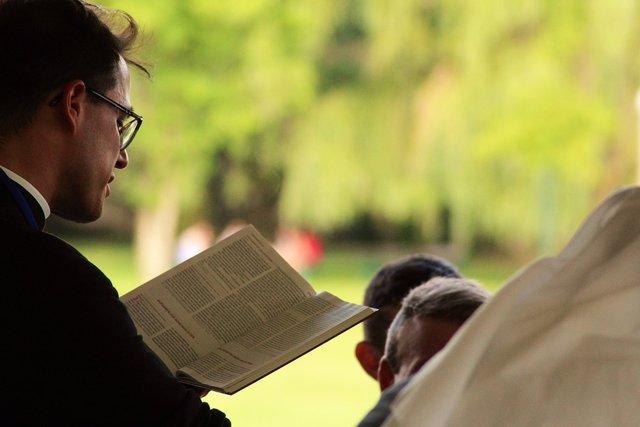 Cura leyendo un libro