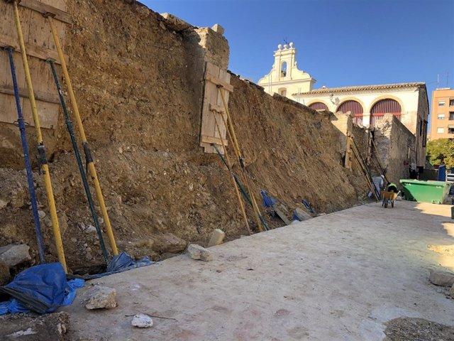 Trabajos para reconstruir el muro del Patio de los Silos de Burjassot