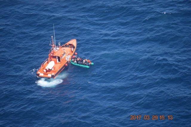Patera rescatada por embarcación salvamento marítimo Alnitak salvamar málaga