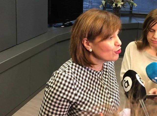 Isabel Bonig atendiendo a los medios