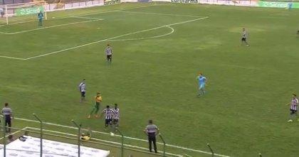 """Un joven brasileño reacciona de la peor manera cuando su rival le hace un """"caño"""" en un partido de fútbol"""