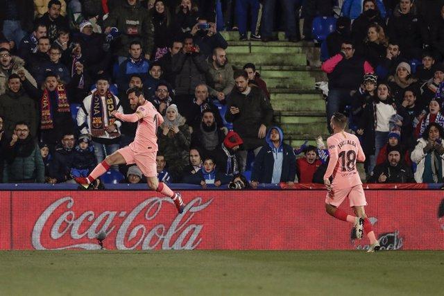 Leo Messi celebra junto a Jordi Alba su gol en el Getafe-FC Barcelona