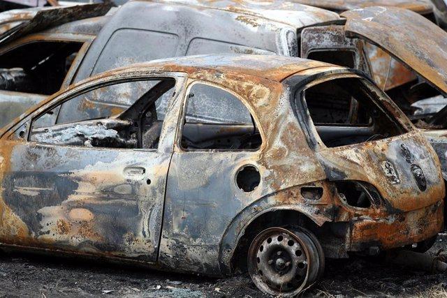 Vehículo calcinado durante los disturbios en Fortaleza, Brasil.