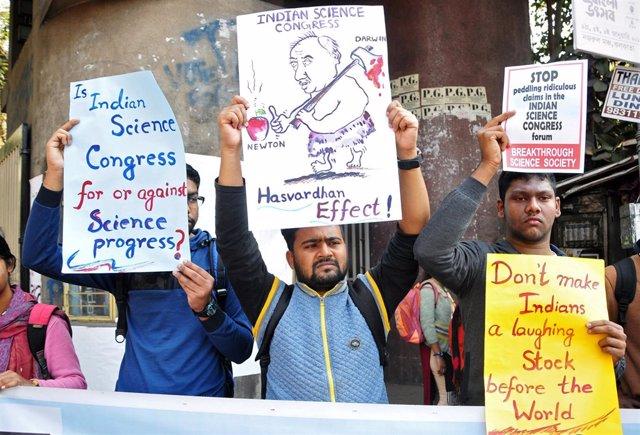 Un grupo de científicos indios protestan contra el Congreso de Ciencia de India.