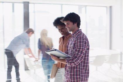 Cómo te puede ayudar mantener una actitud positiva en el trabajo