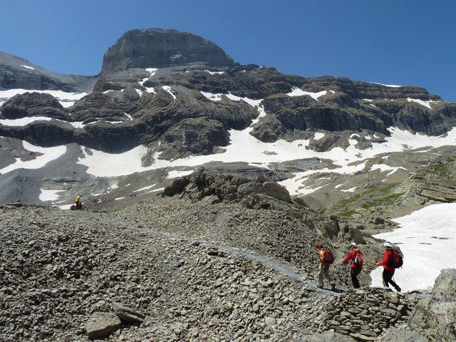 Montañeros, nieve, excursión, cumbre, Pirineo