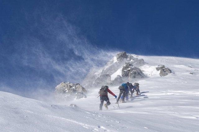 Montaña, nieve, montañeros