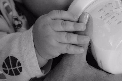 Dar el biberón en lugar del pecho puede hacer que el bebé sea zurdo