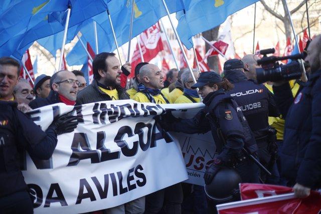 Concentración en Madrid de los trabajadores de Alcoa  para exigir al Gobierno que impida el cierre de las fábricas de  A Coruña y Avilés