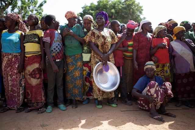 Mujeres desplazadas esperan a recibir ayuda en RCA