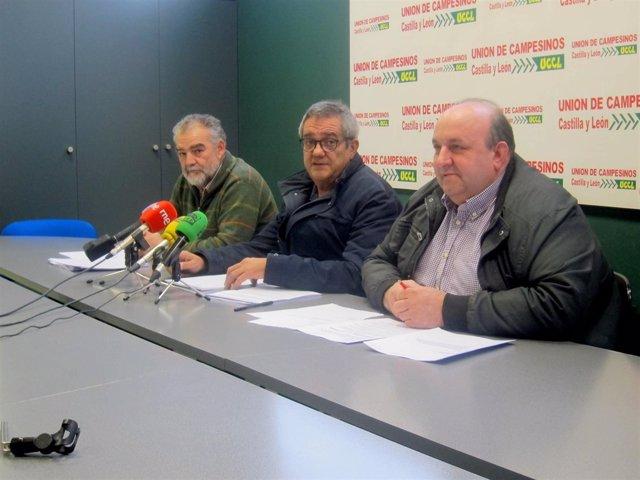 Nacho Arias, en el centro, durante la rueda de prensa.