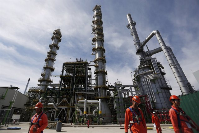 FILE PHOTO: Employees walk at Mexico's national oil company Pemex's refinery in