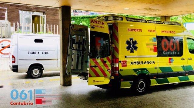 Ambulancia del 061 en la entrada de Urgencias de Valdecilla