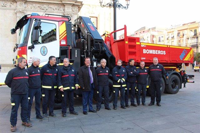 Juan Carlos Cabrera presenta un nuevo vehículo para Bomberos