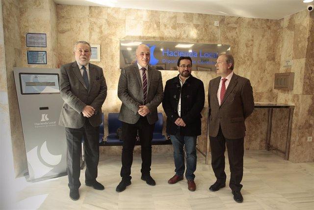 Antonio Ruiz (segundo por la izda.) en la nueva oficina en Baena