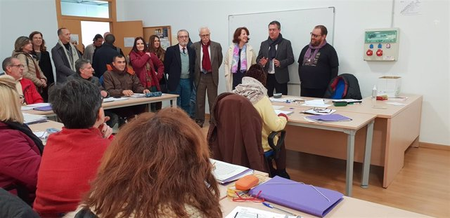 El alcalde, Juan Espadas, visita un taller de empleo en Polígono Sur