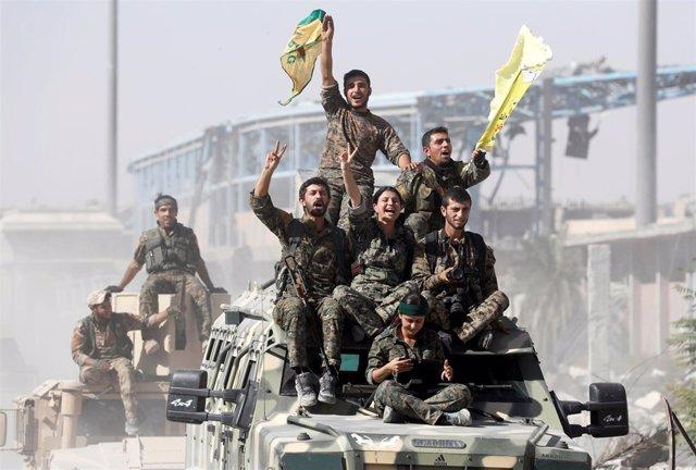 Combatientes kurdos celebran la liberación de Raqqa (archivo)