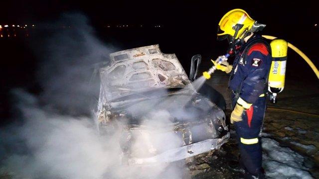 Bomber sufocant el foc d'un vehicle