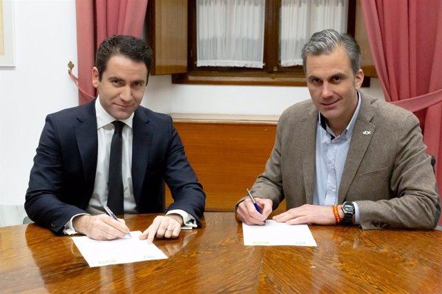 García Egea y Ortega Smith firman un acuerdo sobre la Mesa del Parlamento andalu