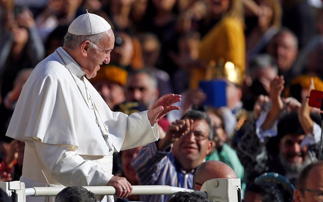 El Papa Francisco saluda a los fieles congregados en la plaza de San Pedro