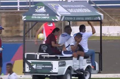 """Un """"coche"""" médico aplasta el pie de un futbolista brasileño cuando va a asistirlo"""