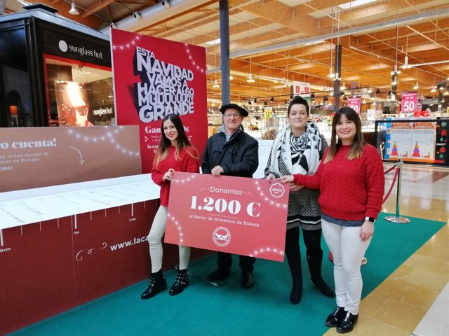 Entrega al Banco de Alimentos del cheque de 1.200 euros del CC Artea