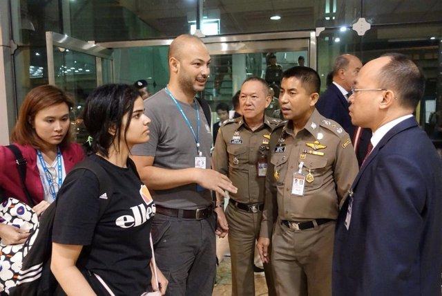 La adolescente saudí Rahaf Mohammed al-Qunun con las autoridades tailandesas