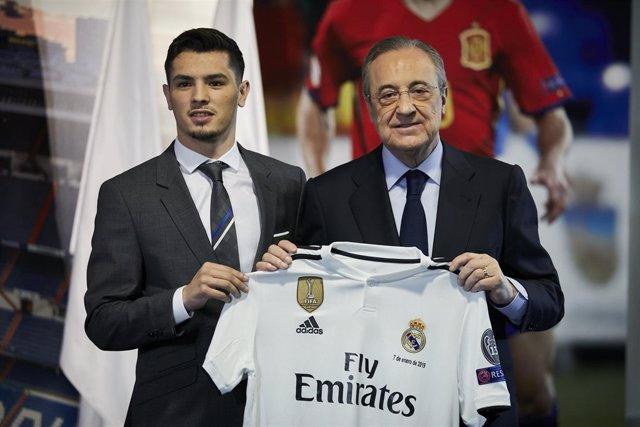 Brahim Díaz junto a Florentino Pérez en su presentación con el Real Madrid