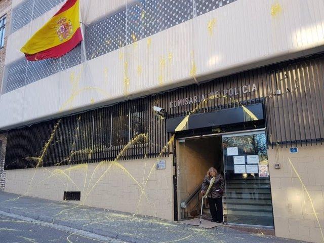 Arran lanza pintura amarilla a la comisaría de Policía de Terrassa