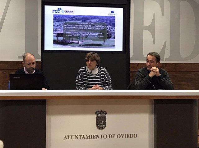La concejala Ana Rivas y el jefe de Parques y Jardines, Juan Carlos Menéndez