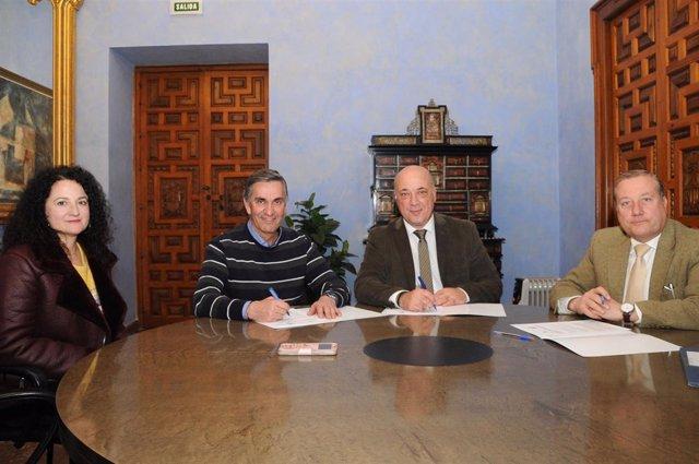 Ruiz (centro), durante la firma con el Ayuntamiento de La Guijarrosa
