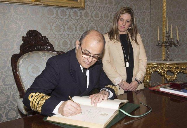 La presidenta de la Diputación de Cádiz, Irene García, y el almitante Garat