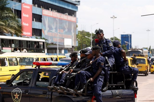 Policías antidisturbios frente a la comisión electoral de RDC