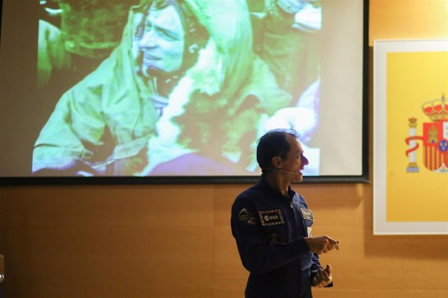 Pedro Duque vuelve a vestirse de astronauta para recibir a algunos niños en Navi