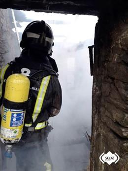 Bombero del SEPA en un incendio en Castropol