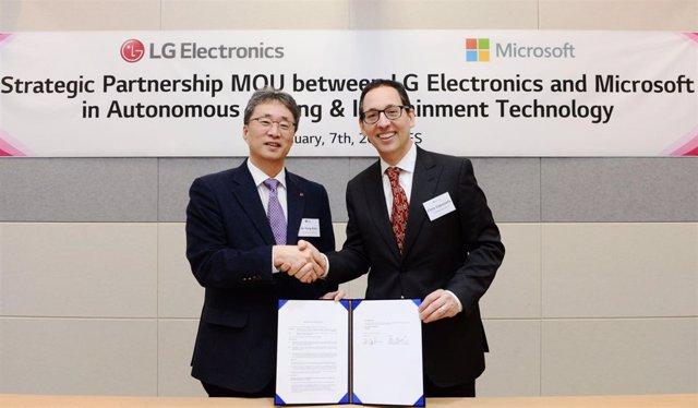 Jin-yong Kim (LG) y Sanjay Ravi (Microsoft)