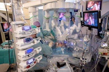 Una mujer se queda embarazada tras un trasplante de útero asistido por un robot