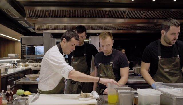 Ricard Camarena y parte de su equipo en 'Cuineres i cuiners'